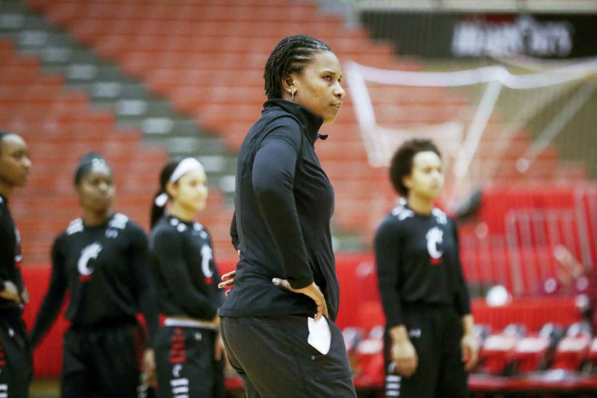 Cincinnati head coach and former UConn assistant coach Jamelle Elliott.