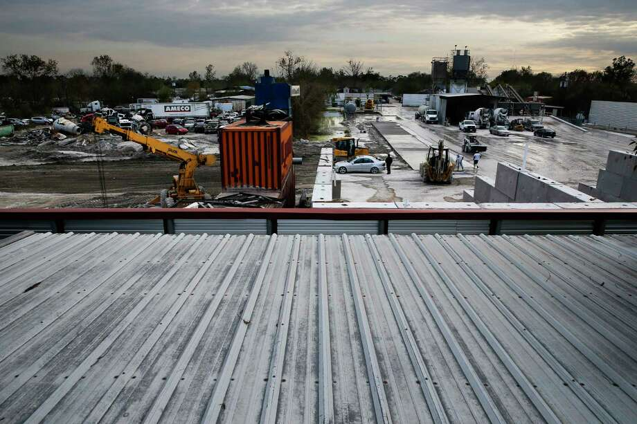 A view of the Integrity Mix concrete plant Thursday, Dec. 1, 2016 in Houston from the roof of a home that backs up to the facility that runs 24/7. ( Michael Ciaglo / Houston Chronicle ) Photo: Michael Ciaglo, Staff / © 2016  Houston Chronicle
