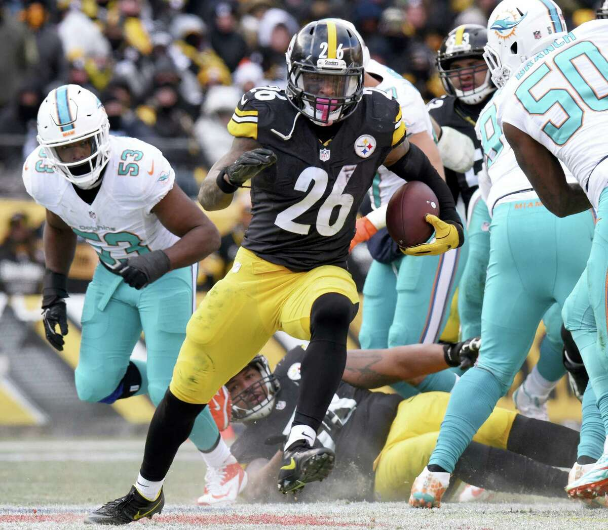Steelers running back Le'Veon Bell (26) runs during the second half Sunday's win over the Dolphins.
