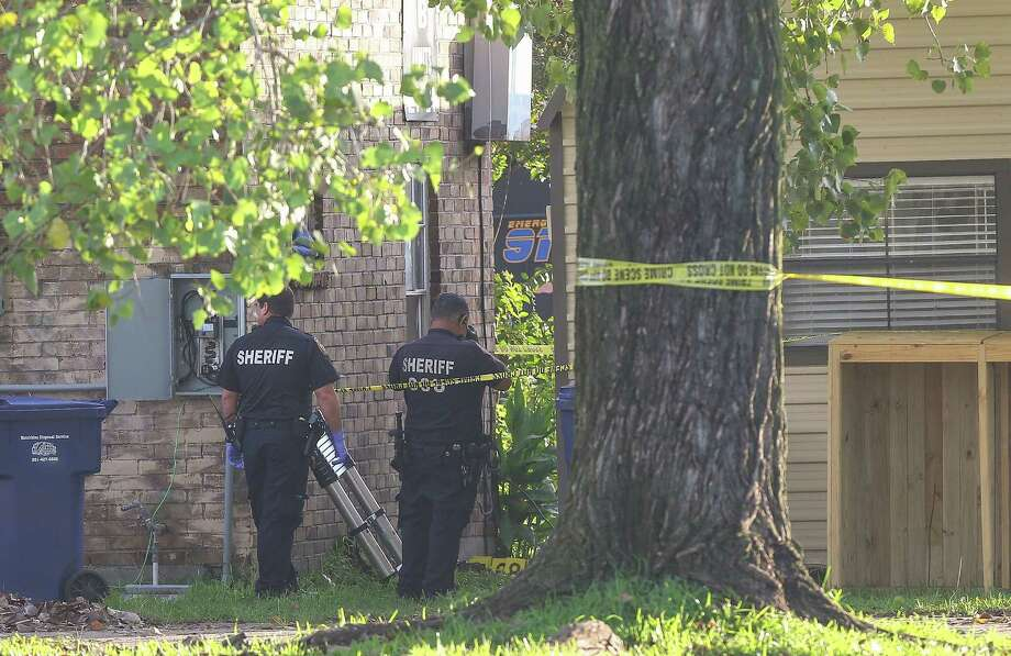 Harris County Sheriff's Office deputies respond to an officer-involved shooting at a Channelview apartment complex. Deputies were serving a warrant when the suspect began firing on deputies. The suspect was shot and killed. Photo: Godofredo A. Vasquez, ChannelviewFatal / Houston Chronicle