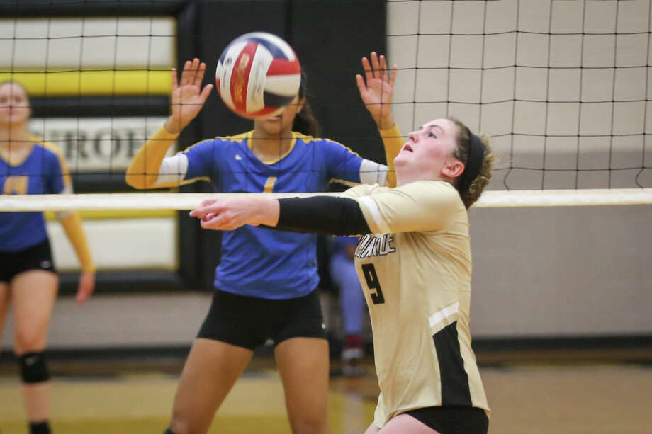 Conroe's Sophie Harrison (9) sets the ball up during the varsity volleyball game against Klein on Monday, Aug. 7, 2017, at Conroe High School. (Michael Minasi / Chronicle) Photo: Michael Minasi, Staff Photographer / Internal