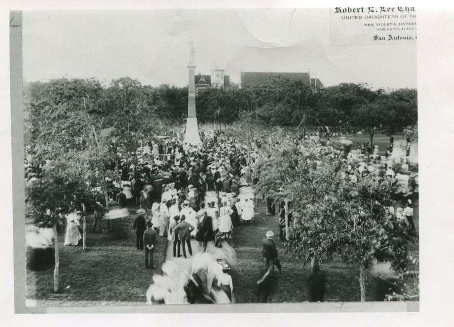 Hundreds of San Antonians turned out for the unveiling of the 40-foot tall Confederate monument at Travis Park on April 28, 1900. Photo: Courtesy / UTSA Special Collections