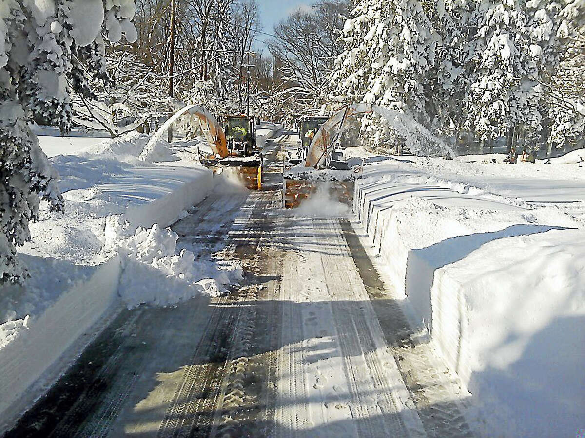 The Connecticut Department of Transportation will send two seven-person crews and equipment to Maryland and Washington, D.C., to help with snow removal.