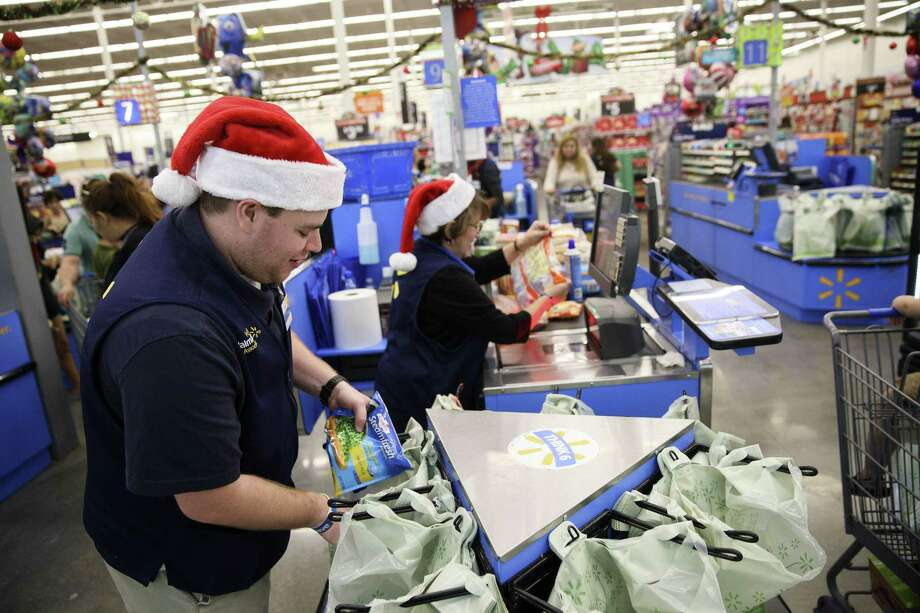 An employee places an item into a shopping bag at a Wal-Mart in Burbank, California on Nov. 22, 2016. Photo: Bloomberg Photo/Patrick T. Fallon  / © 2016 Bloomberg Finance LP