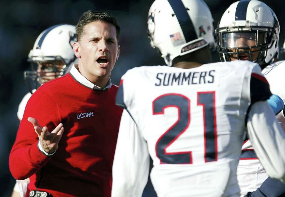 UConn head coach Bob Diaco, left, talks with cornerback Jamar Summers on Saturday. Photo: Michael Dwyer — The Associated Press  / Copyright 2016 The Associated Press. All rights reserved.