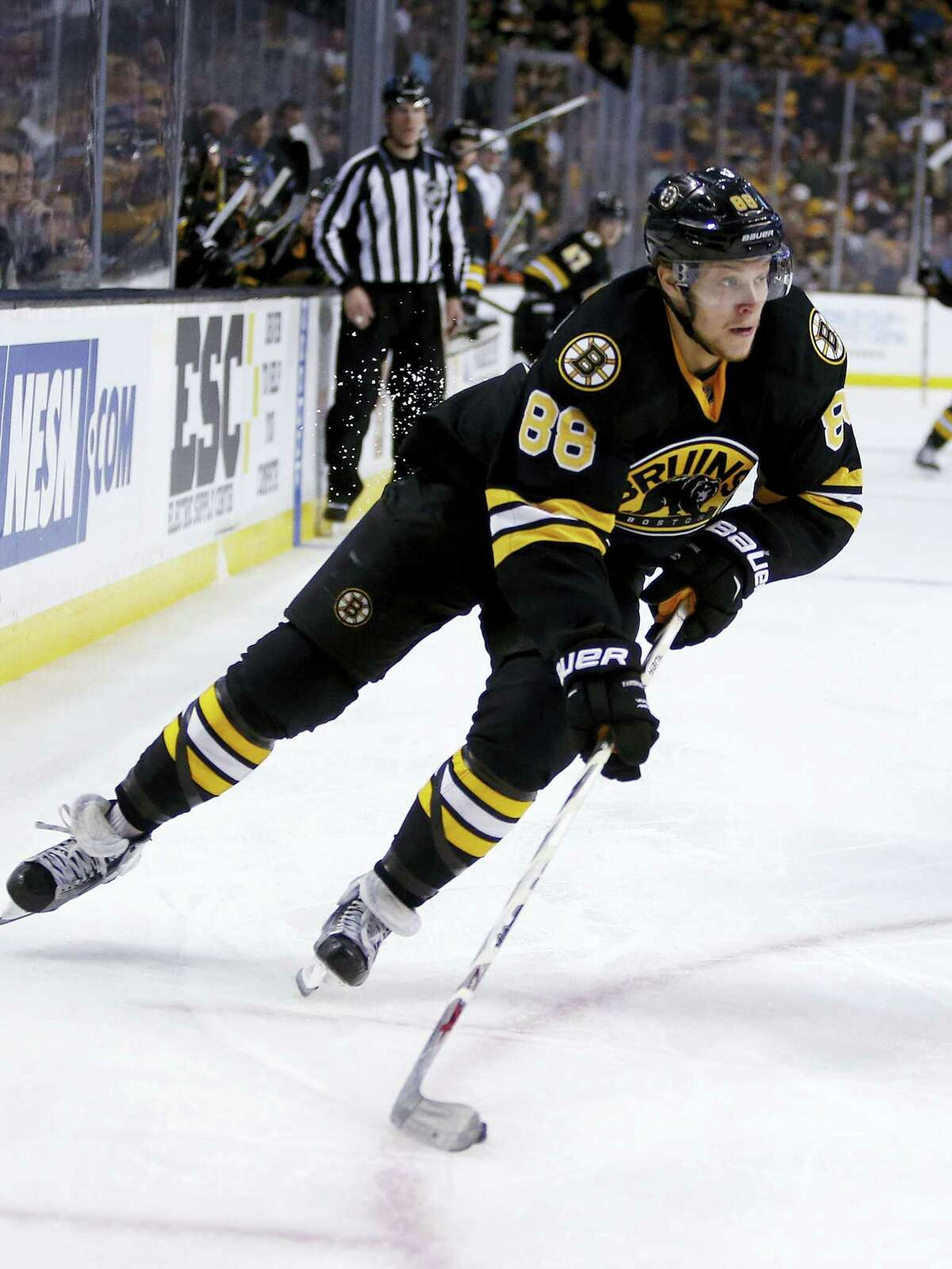 The Bruins' David Pastrnak handles the puck during the second period against the Islanders on Saturday.