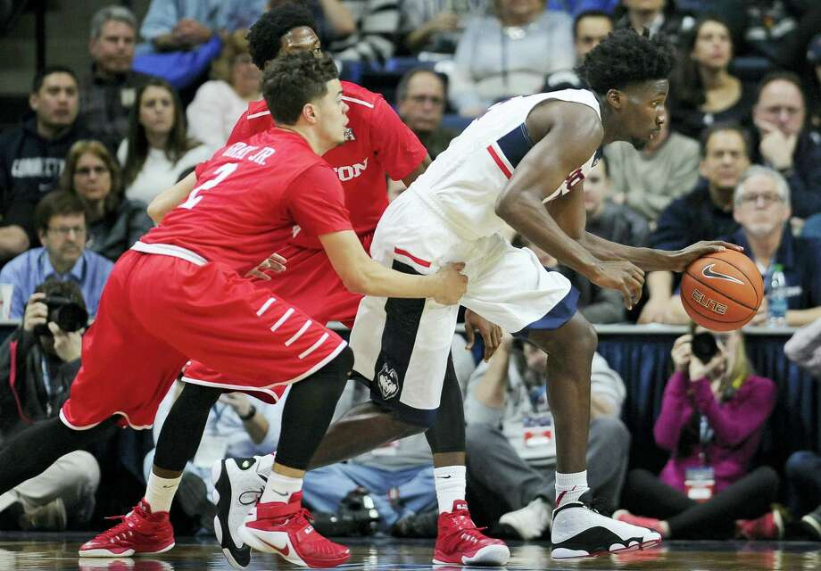 Connecticut's Daniel Hamilton breaks out between Houston's Rob Gray, Jr., left, and Danrad Knowles, back center, in the second half of an NCAA college basketball game, Sunday, Feb. 28, 2016, in Storrs, Conn. Houston won 75-68. (AP Photo/Jessica Hill) Photo: AP / FR125654 AP