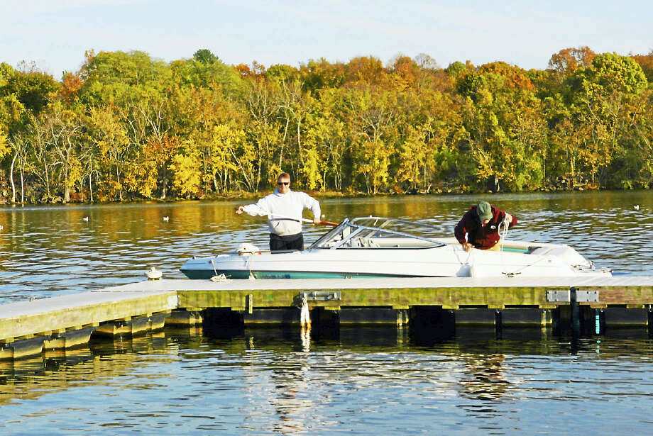 Boaters return Wednesday from a pleasure cruise on the the Connecticut River in Cromwell on a rare November day with temperatures reaching 70 degrees. Photo: Cassandra Day — The Middletown Press