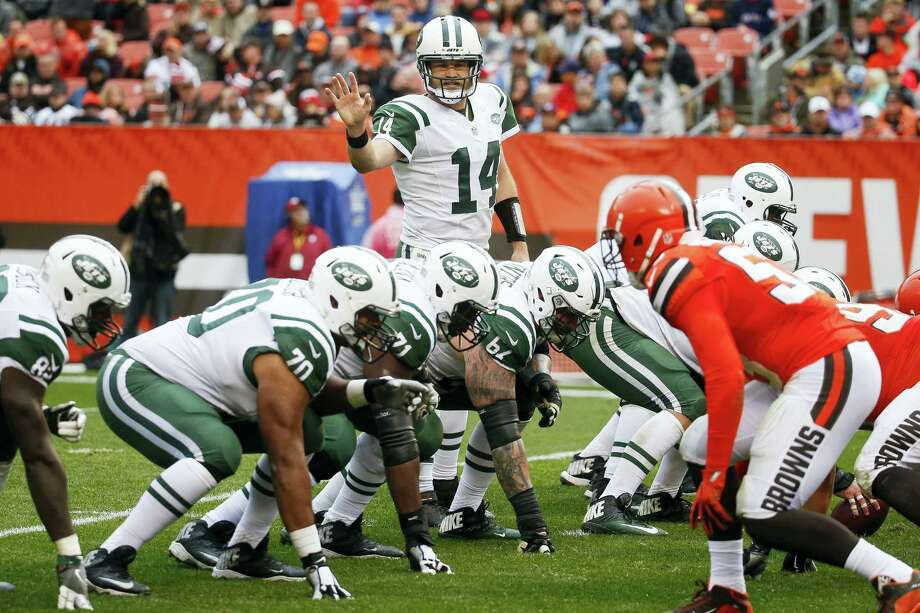 Jets quarterback Ryan Fitzpatrick calls a play at the line of scrimmage against the Browns on Sunday. Photo: Ron Schwane — The Associated Press  / AP