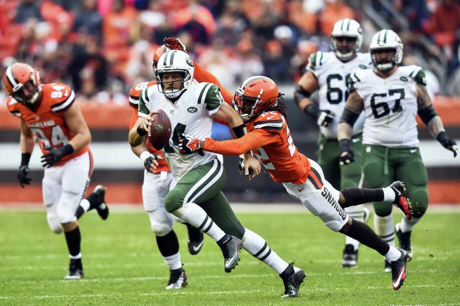 Jets quarterback Ryan Fitzpatrick (14) scrambles against the Browns on Sunday. Photo: David Richard — The Associated Press  / AP