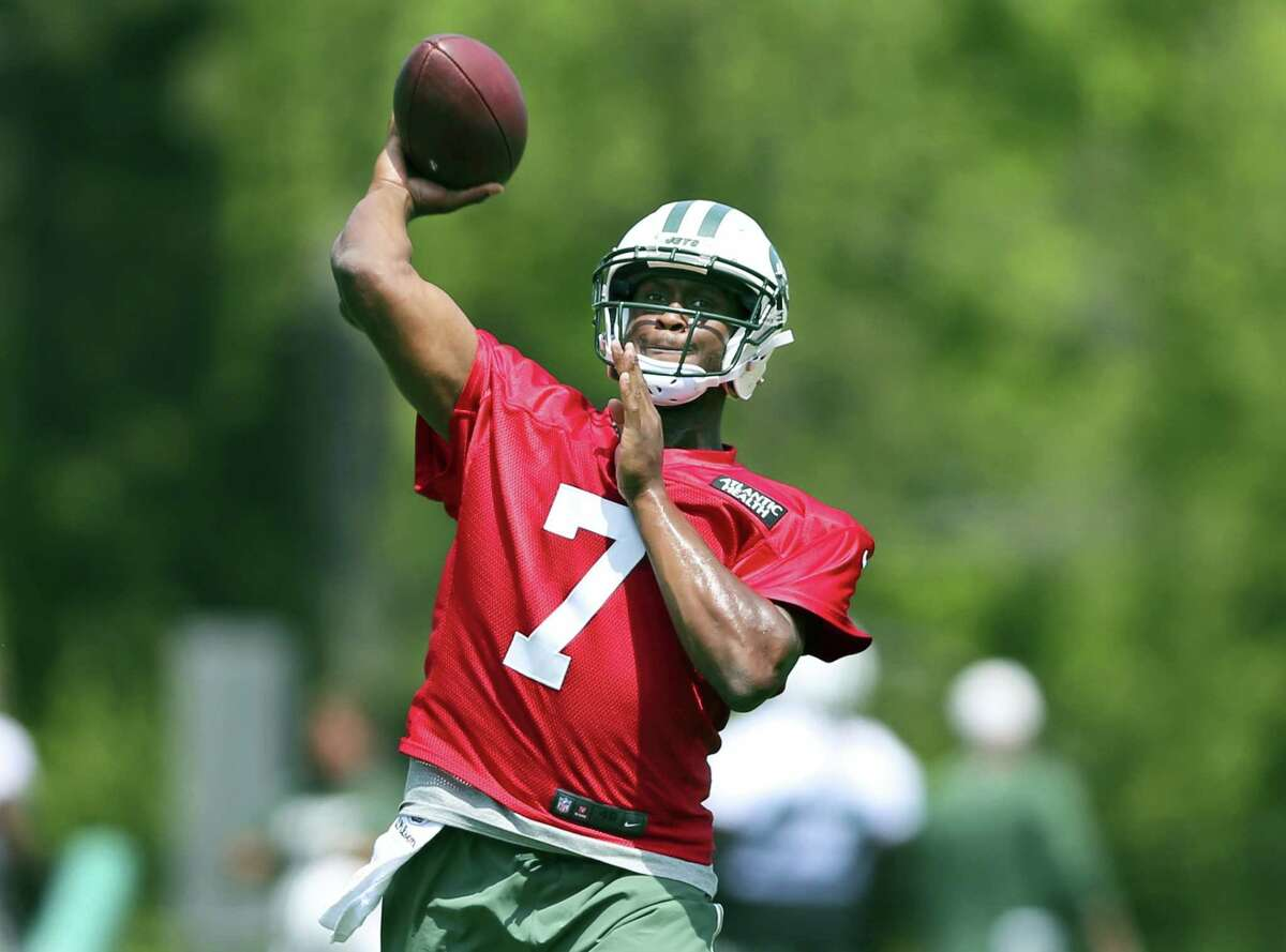 Jets quarterback Geno Smith throws a pass during practice on Wednesday in Florham Park, N.J.