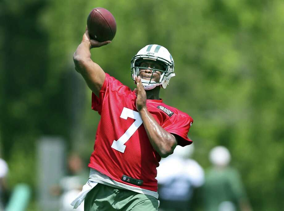 Jets quarterback Geno Smith throws a pass during practice on Wednesday in Florham Park, N.J. Photo: Mel Evans — The Associated Press  / Copyright 2016 The Associated Press. All rights reserved. This material may not be published, broadcast, rewritten or redistribu