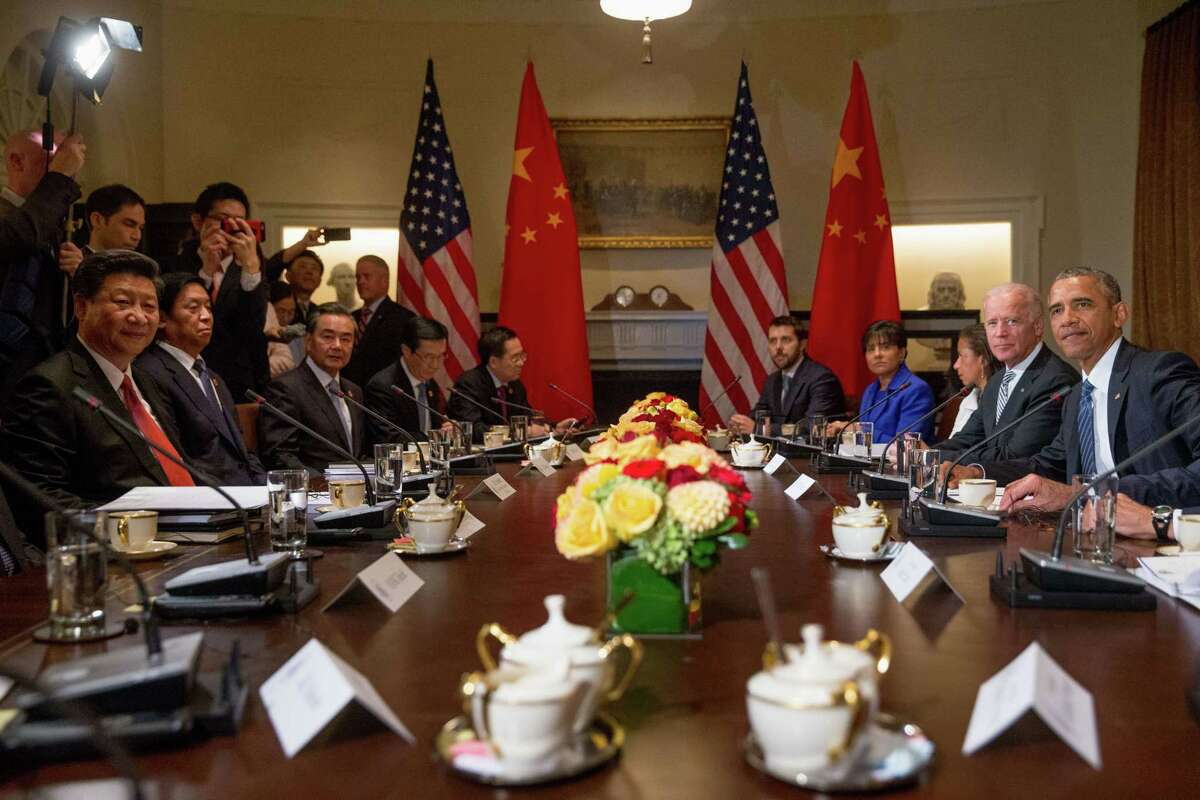 President Barack Obama, right, accompanied with Vice President Joe Biden, second from right, holds a bilateral meeting with Chinese President Xi Jinping, left, and other officials, Friday, Sept. 25, 2015, in the Cabinet Room of the White House in Washington.
