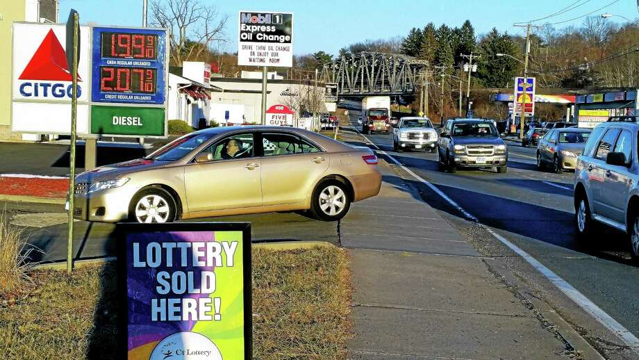 Washington Street is a currently hot spot for cheap gas in the region, at about $2 a gallon, drawing traffic to area stations. Photo: Kathleen Schassler — The Middletown Press