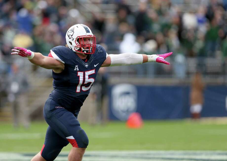 UConn linebacker Luke Carrezola. Photo: Mary Schwalm — The Associated Press  / FR158029 AP