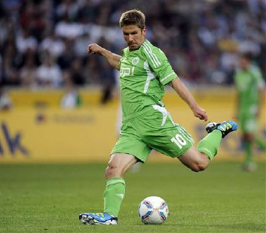 Wolfsburg's new player Thomas Hitzlsperger challenge for the ball during the German first division Bundesliga soccer match between Borussia Moenchengladbach and VFL Wolfsburg in Moenchengladbach, Germany, Friday, Aug. 19, 2011. Photo: AP / AP