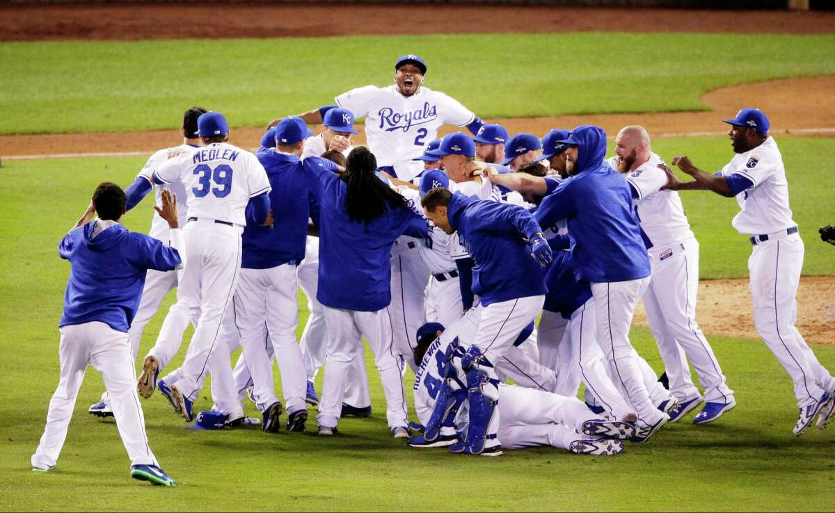 The Royals celebrates their 4-3 win against the Toronto Blue Jays in Game 6 of the ALCS on Friday in Kansas City, Mo.