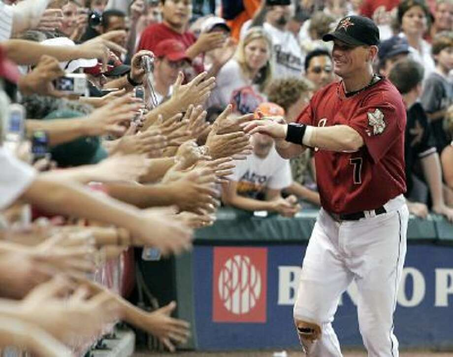 Houston Astros' Craig Biggio says goodbye to the fans after the last baseball game of the season and his last as an Astro in 2007.