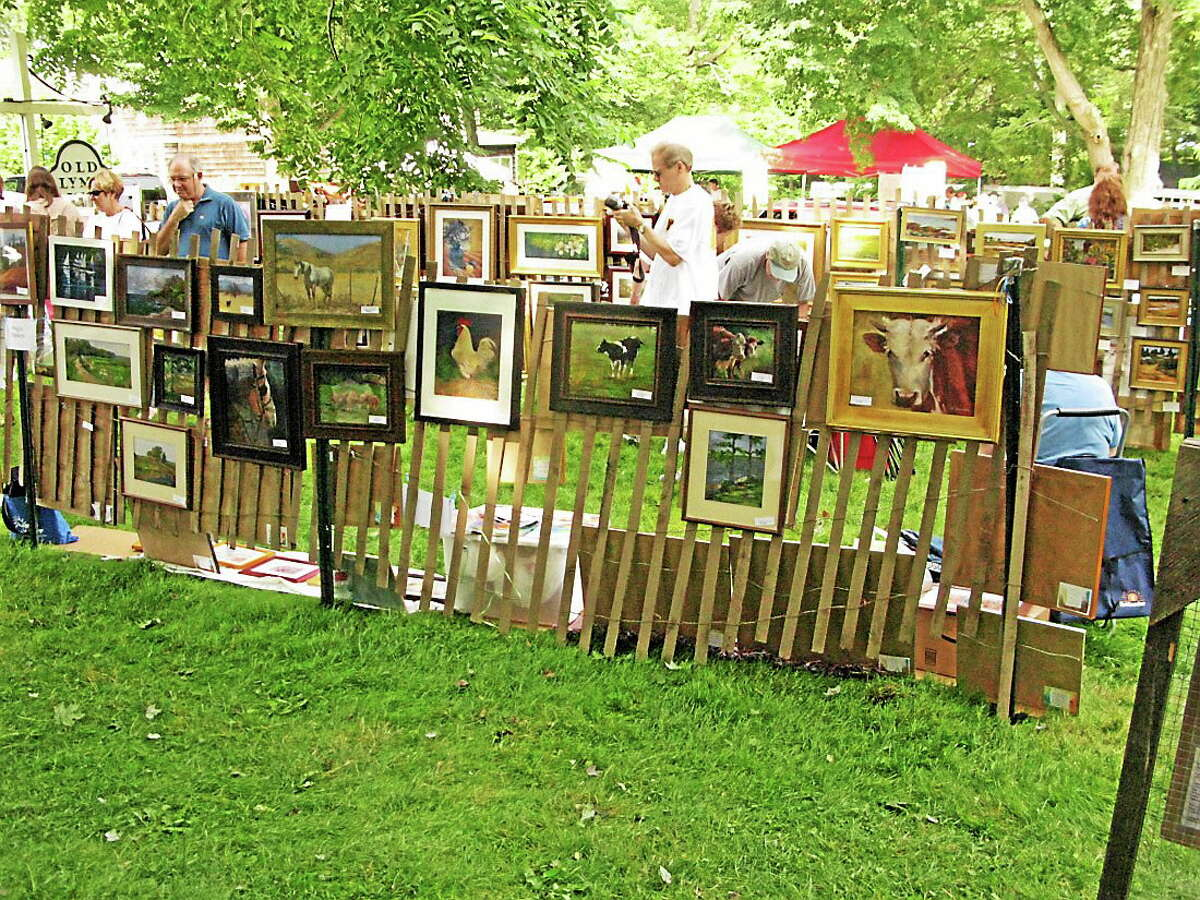 Fence show paintings.