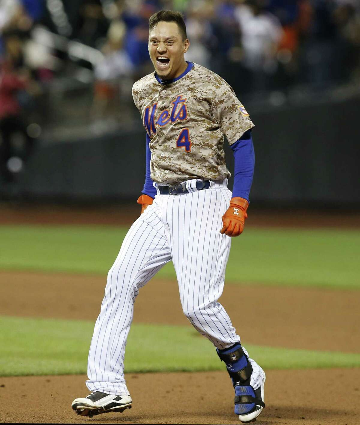 The Mets Wilmer Flores (4) reacts after hitting an 11th-inning, walk-off, RBI single against the Blue Jays on Monday.