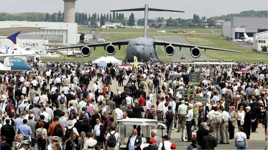 This June 17, 2009 photo shows a U.S. Air Force Boeing-made Globe Master III in background as visitors crowd the tarmac, at Le Bourget, north of Paris, during the 48th Paris Air Show. Photo: AP Photo/Remy De La Mauviniere/File  / AP