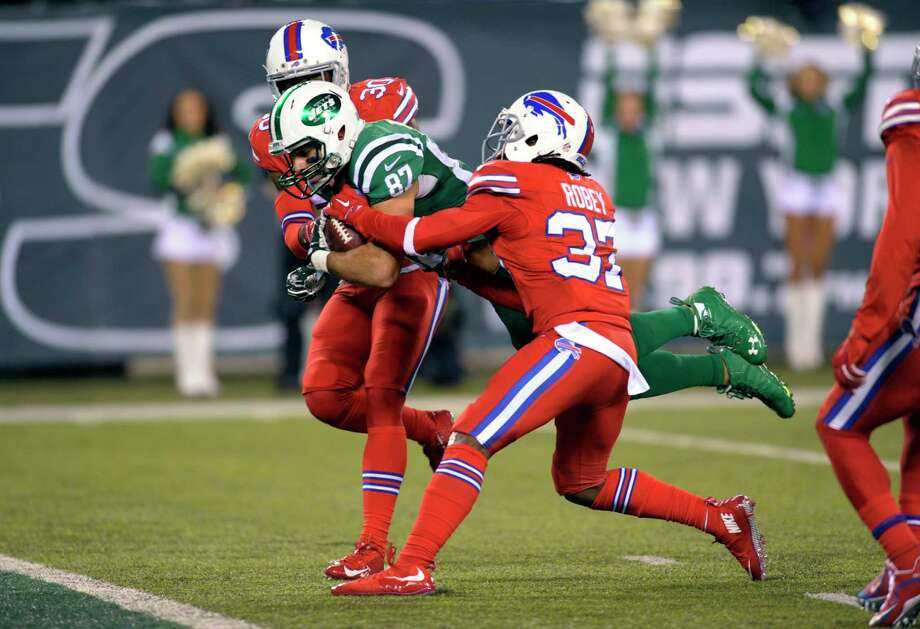 New York Jets wide receiver Eric Decker, center, scores on a touchdown catch as Buffalo Bills strong safety Bacarri Rambo, left, and defensive back Nickell Robey defend during the second half of an NFL football game, Thursday, Nov. 12, 2015, in East Rutherford, N.J. (AP Photo/Bill Kostroun) Photo: AP / FR51951 AP