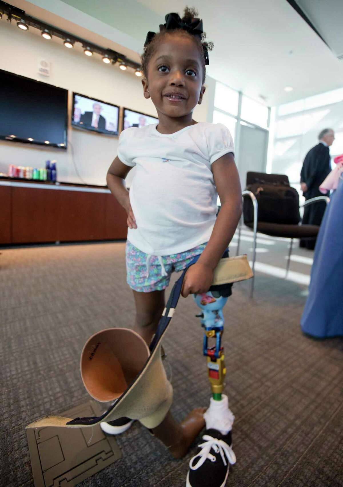 Miyah Williams, 3, holds her old prosthetic leg while showing off a new one in Washington on Oct. 23, 2015 during a meeting on the need for innovative pediatric medical devices hosted by Children's National Health System.