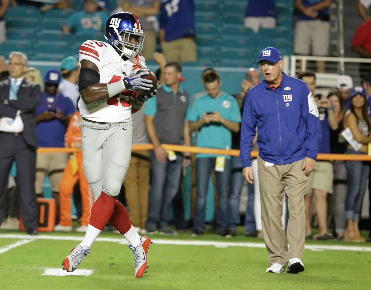 New York Giants tight end Will Tye (45) makes a catch under the watchul eye of head coach Tom Coughlin before Monday's game against the Dolphins.