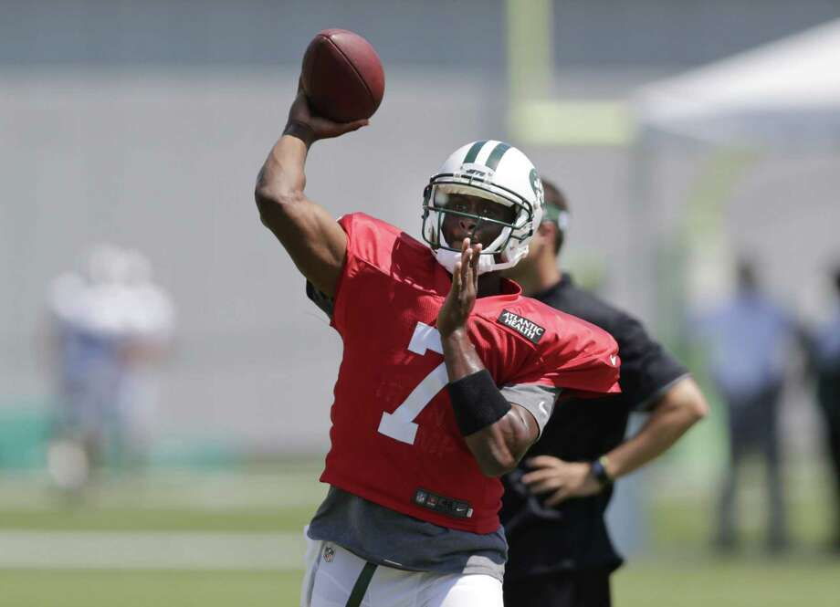 New York Jets quarterback Geno Smith will miss six to 10 weeks with a broken jaw. Photo: Frank Franklin II — The Associated Press  / AP