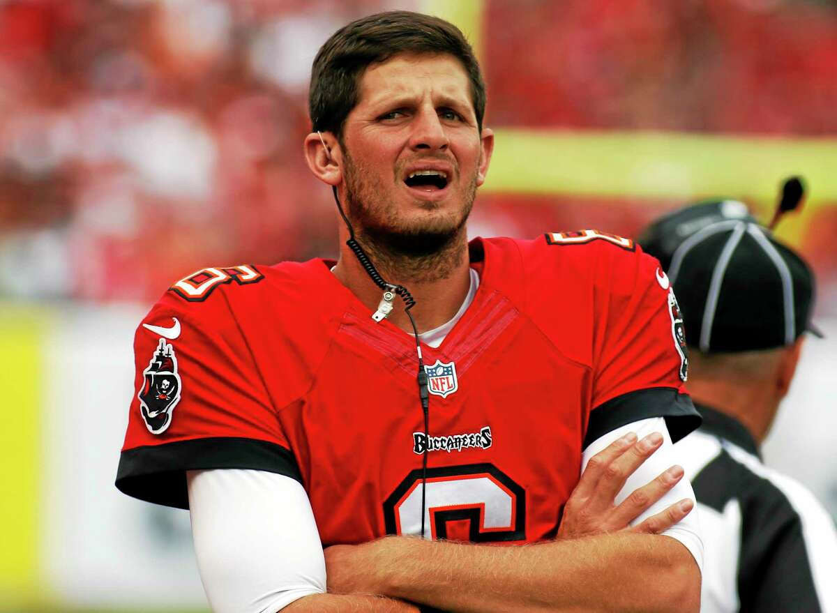 Quarterback Dan Orlovsky, a Shelton native and former UConn star, has re-signed with the Detroit Lions, the team that drafted him in 2005.