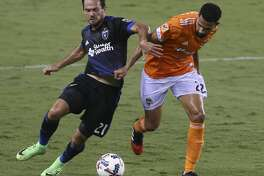 Houston Dynamo defender Leonardo (22) and San Jose Earthquakes forward Marco Urena (21) battle for control of the ball during the first half of the game at BBVA Compass Stadium Saturday, Aug. 12, 2017, in Houston. ( Yi-Chin Lee / Houston Chronicle )