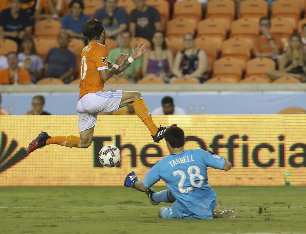 Houston Dynamo forward Vicente Sanchez (10) carries the ball over San Jose Earthquakes goalkeeper Andrew Tarbell (28) and scores during the second half of the game at BBVA Compass Stadium Saturday, Aug. 12, 2017, in Houston. Houston Dynamo defeated San Jose Earthquakes 3-0.( Yi-Chin Lee / Houston Chronicle )