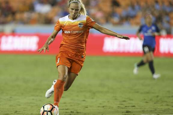 Houston Dash forward Rachel Daly (3) takes a shot at the goal during the second half of the game at BBVA Compass Stadium Sunday, Aug. 13, 2017, in Houston. Houston Dash lost to FC Kansas City 1-0. ( Yi-Chin Lee / Houston Chronicle )