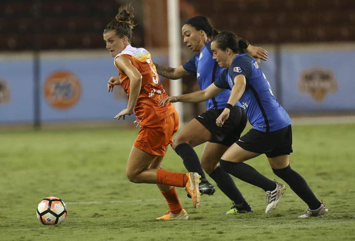 Houston Dash defender Cari Roccaro (5) gets away from FC Kansas City players during the second half of the game at BBVA Compass Stadium Sunday, Aug. 13, 2017, in Houston. Houston Dash lost to FC Kansas City 1-0. ( Yi-Chin Lee / Houston Chronicle )
