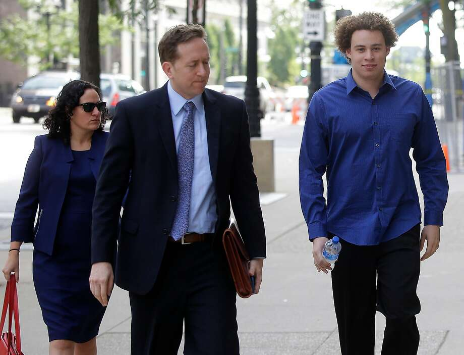 """Marcus Hutchins (right), who discovered a """"kill switch"""" to slow the outbreak of the WannaCry virus this year, arrives at a Milwaukee court with his lawyers. Photo: JOSHUA LOTT, AFP/Getty Images"""