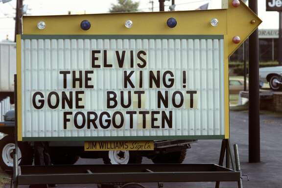 ELVIS PRESLEY FUNERAL, MEMPHIS, TENNESSEE, USA - 18TH AUGUST 1977. Elvis Presley death in memory sign, Memphis, Tennessee. (Photo by Alain Le Garsmeur/Corbis via Getty Images)
