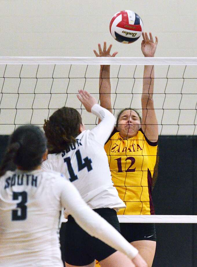 Ariana Guerra and United South picked up a win over Ileana Garcia and Zapata as well as Martin in a tri-match at home Tuesday. Photo: Cuate Santos /Laredo Morning Times / Laredo Morning Times