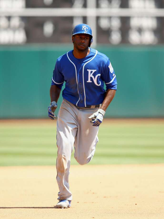 Lorenzo Cain #6 of the Kansas City Royals rounds the bases after hitting a two-run home run in the fourth inning against the Oakland Athletics at Oakland Alameda Coliseum on August 16, 2017 in Oakland, California. Photo: Ezra Shaw, Getty Images