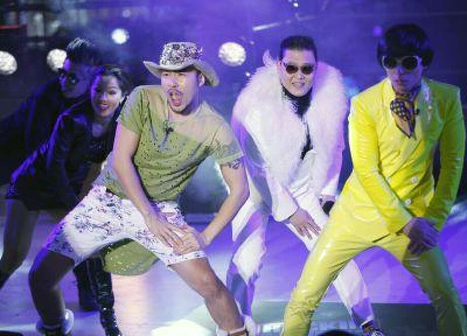Psy (center) performs with during New Year's Eve celebrations in Times Square in New York, December 31, 2012. Photo: REUTERS / X01971