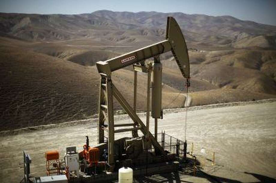 A pumpjack drills for oil in the Monterey Shale, California, April 29, 2013. Photo: REUTERS / X90050
