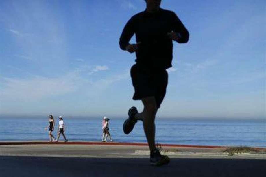 People walk and jog at Torrey Pines State Park in San Diego, California, November 14, 2012. (REUTERS/Mike Blake)