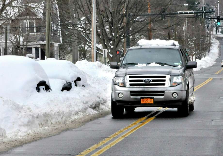 NEW HAVEN___A vehicle crosses the center line on Edgewood Ave. to avoid snow covered cars.     Melanie Stengel/Register1/19/11