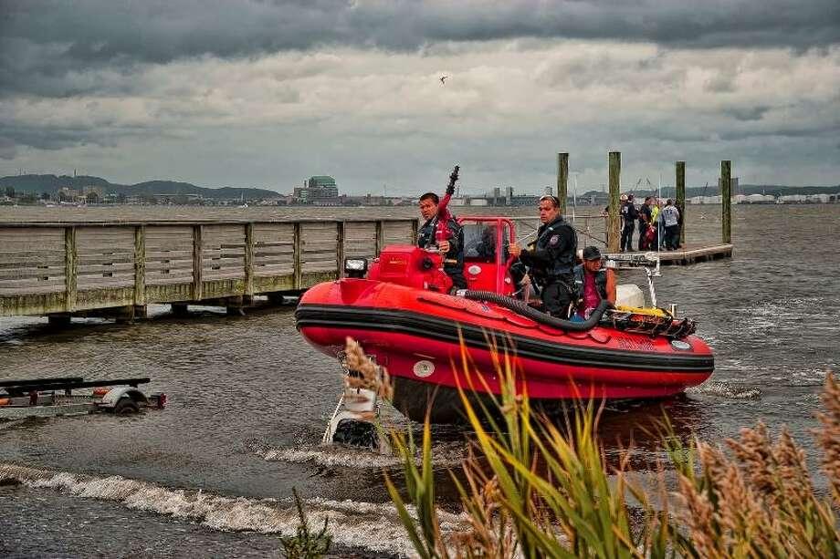Rescue boat returns to shore. Glenn Duda/www.allhandsworking.net
