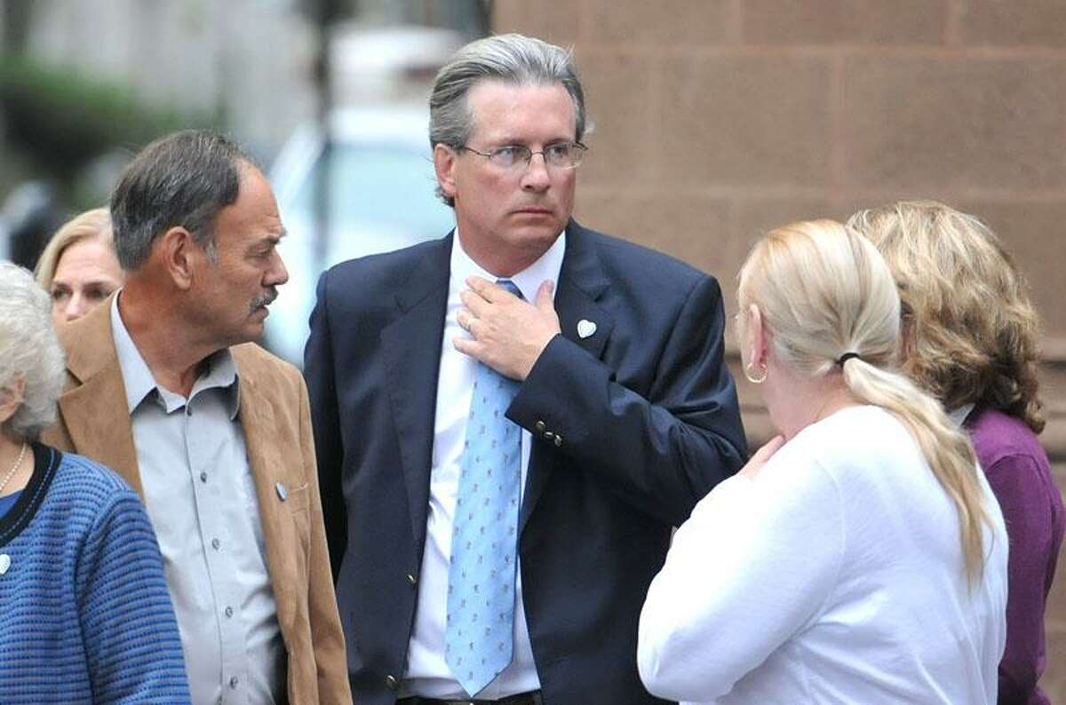 Dr. William Petit arrives at court in New Haven with family. (Photo by Peter Casolino)