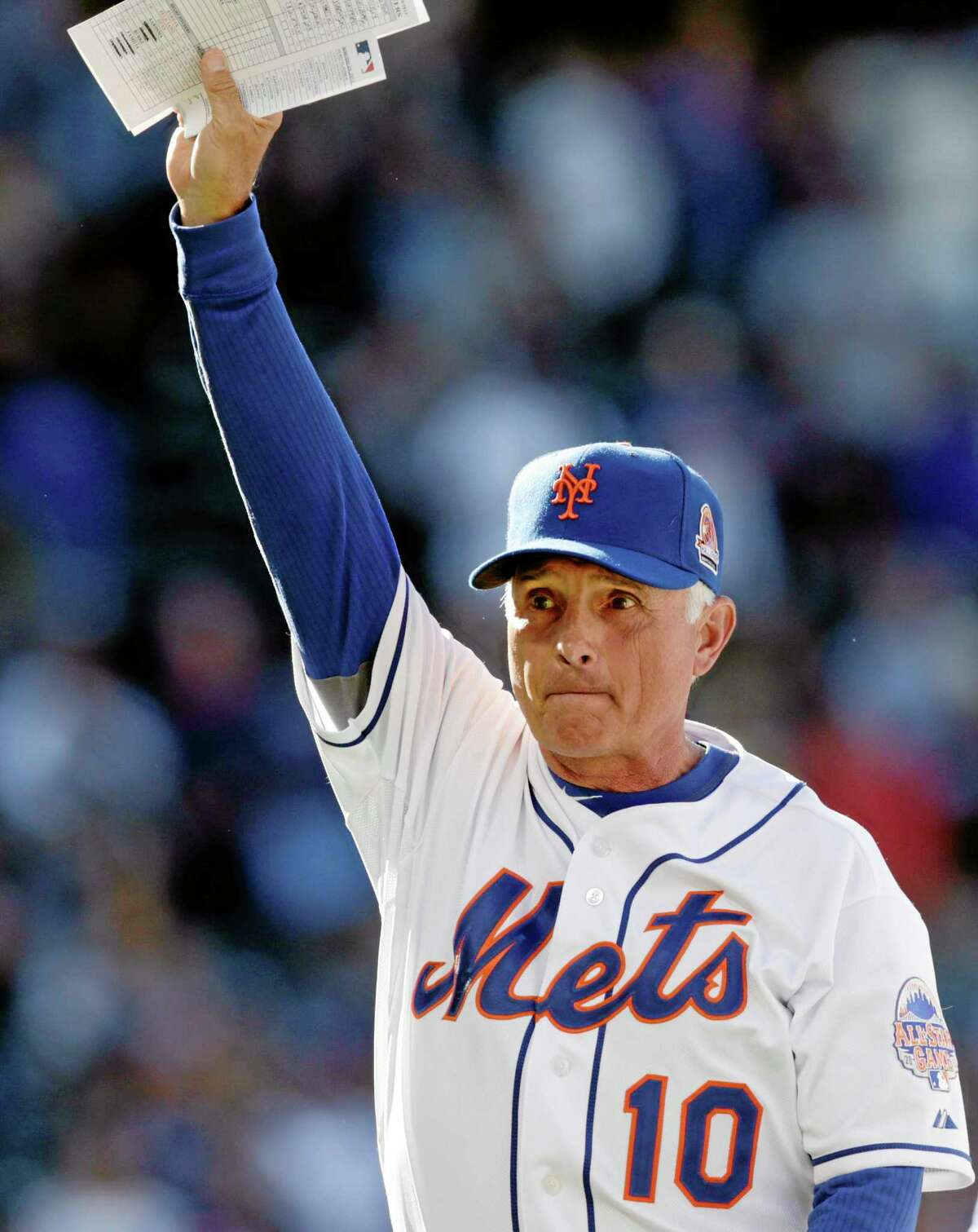Mets manager Terry Collins (10) acknowledges the crowd after s 3-2 come-from-behind victory over the Milwaukee Brewers Sunday.