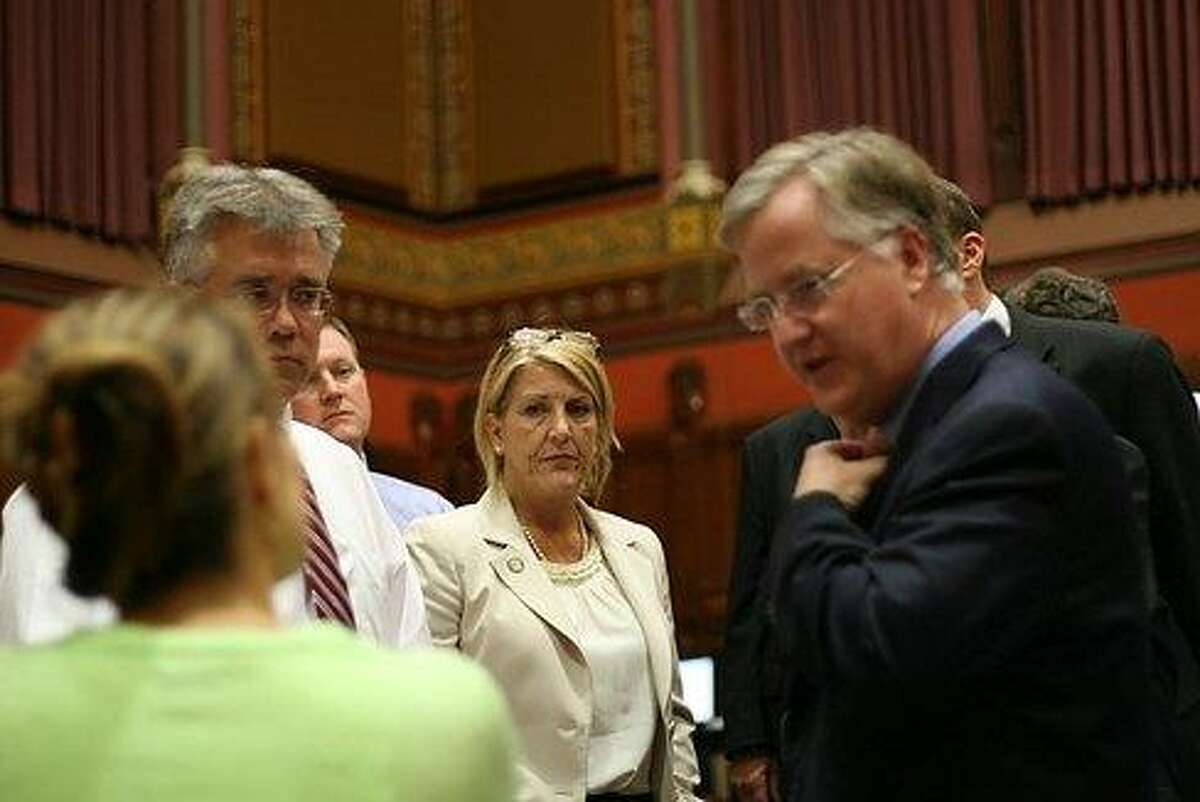 House Speaker Sharkey talking with Republicans before GMO bill. Hugh McQuaid/CT NewsJunkie