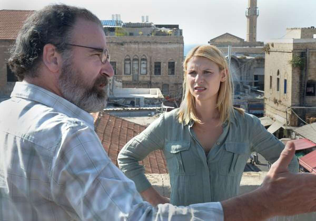Claire Danes as Carrie Mathison and Mandy Patinkin as Saul Berenson in Homeland (Season 2, Episode 2). - Photo: Ronen Akerman/SHOWTIME - Photo ID: homeland_202_137