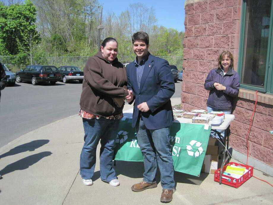 Middletown Mayor Dan Drew congratulates Sweet Harmony Café as a Green Business Recycling Hero.