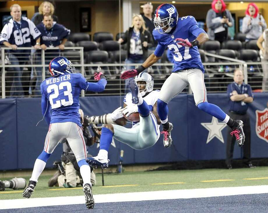 Dallas Cowboys wide receiver Dez Bryant (88) makes a last-minute reception between New York Giants cornerbacks Corey Webster (23) and Michael Coe (37) for a touchdown that was nullified after review during an NFL football game, Sunday, Oct. 28, 2012, in Arlington, Texas. The Giants won 29-24. (AP Photo/Sharon Ellman) Photo: AP / FR170032 AP