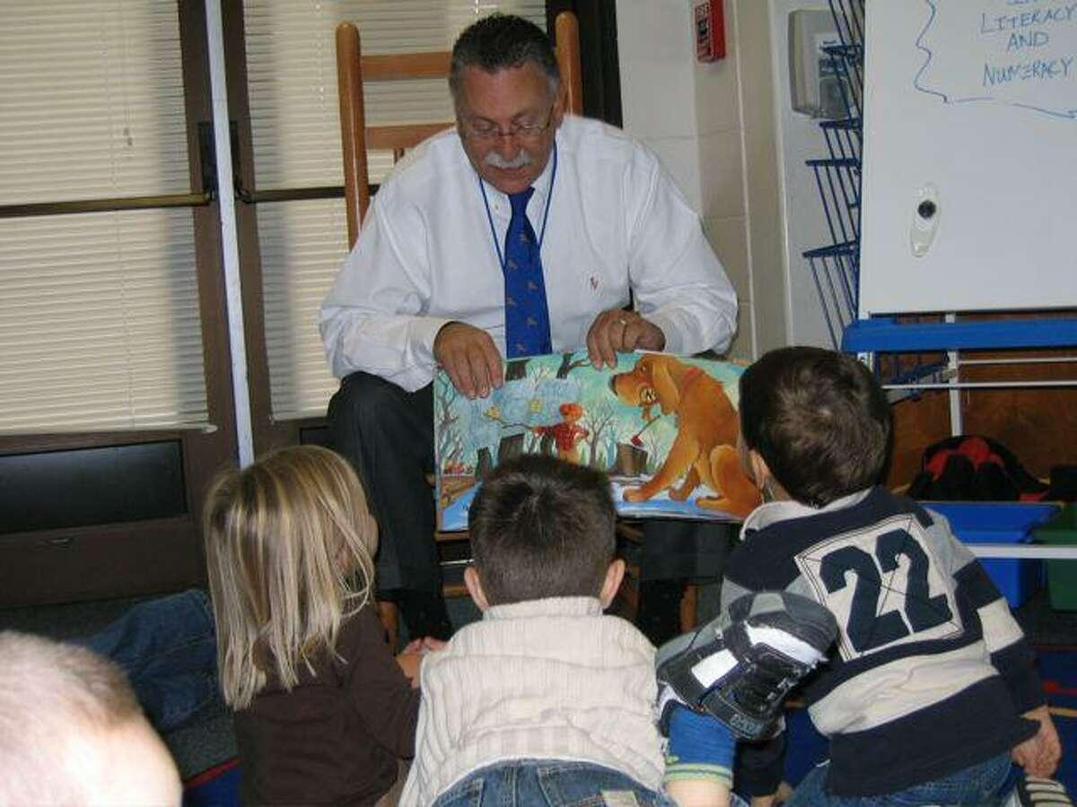 Beitman reads to children